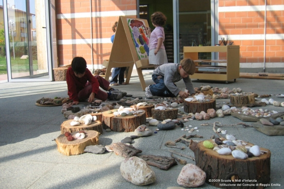 compare high scope and reggio emilia Compare and contrast the reggio emilia and high/scope programs how are creative thinking and the arts included in these two different settings which one do you think is the most effective and why.