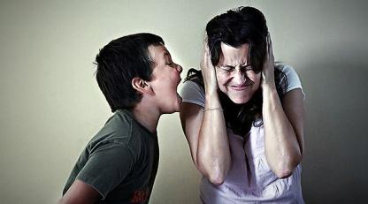 ninio-gritando-madre